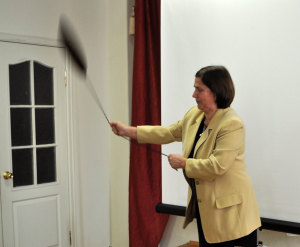 Эмина Осокина демонстрирует «телефон» аборигенов.