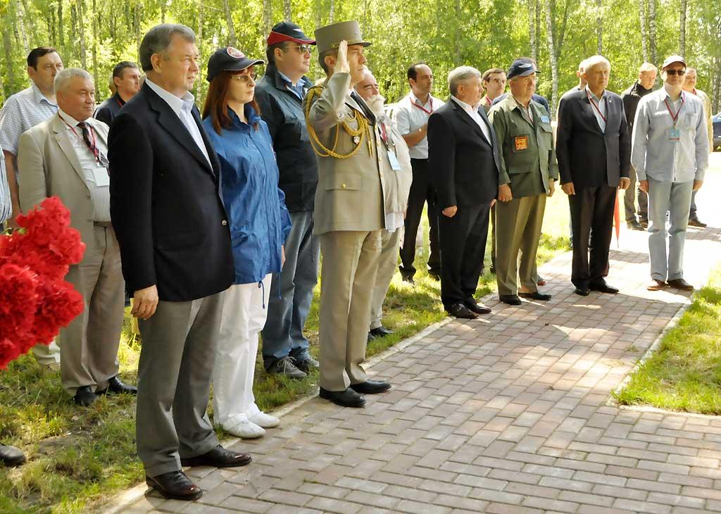 Бригадный генерал Ги Нуитес привёз в Козельский район и укрепил на мемориале, рядом с табличкой, рассказывающей о зарождении советско-французского боевого братства