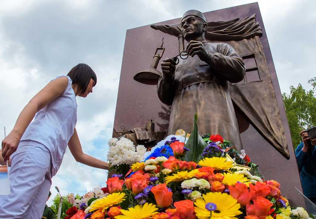 Памятник фронтовому хирургу в Калуге