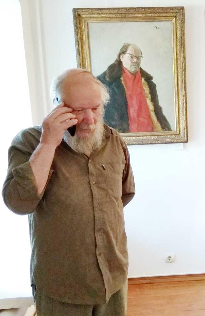 Григорий Викторович Цыплаков-Таёжный на фоне автопортрета отца