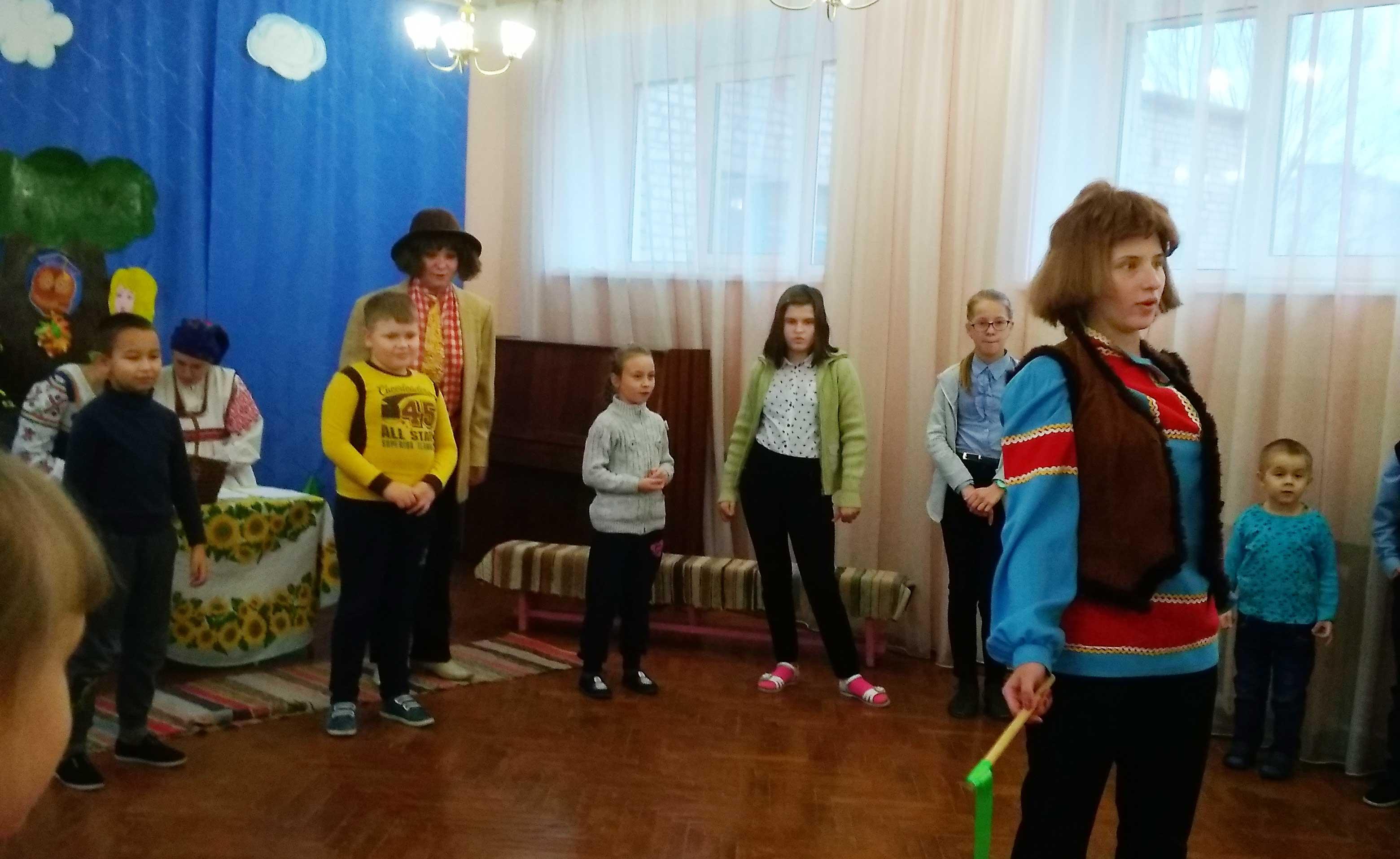 дети пришли в гости к домовому