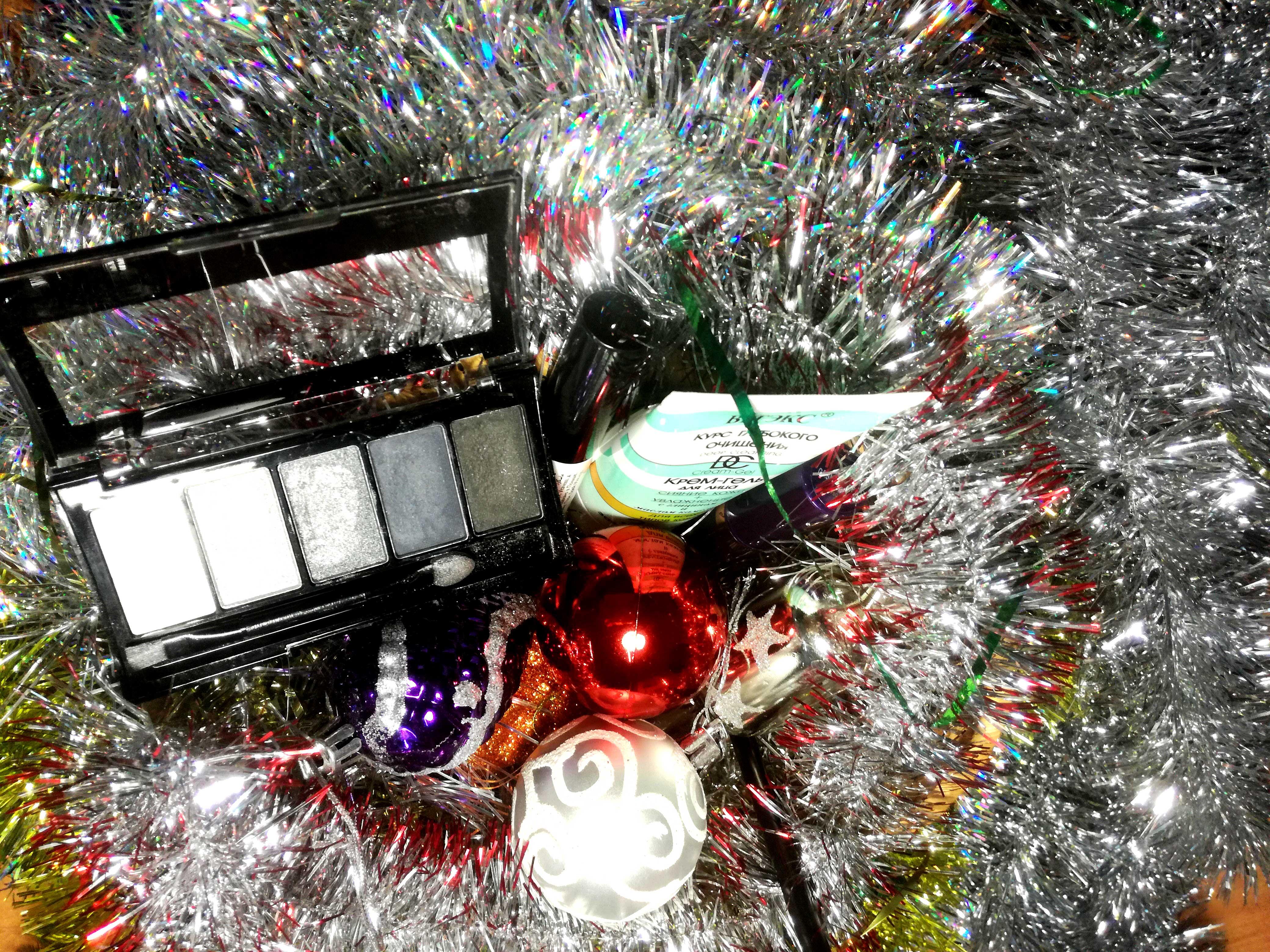 набор косметики для новогоднего макияжа