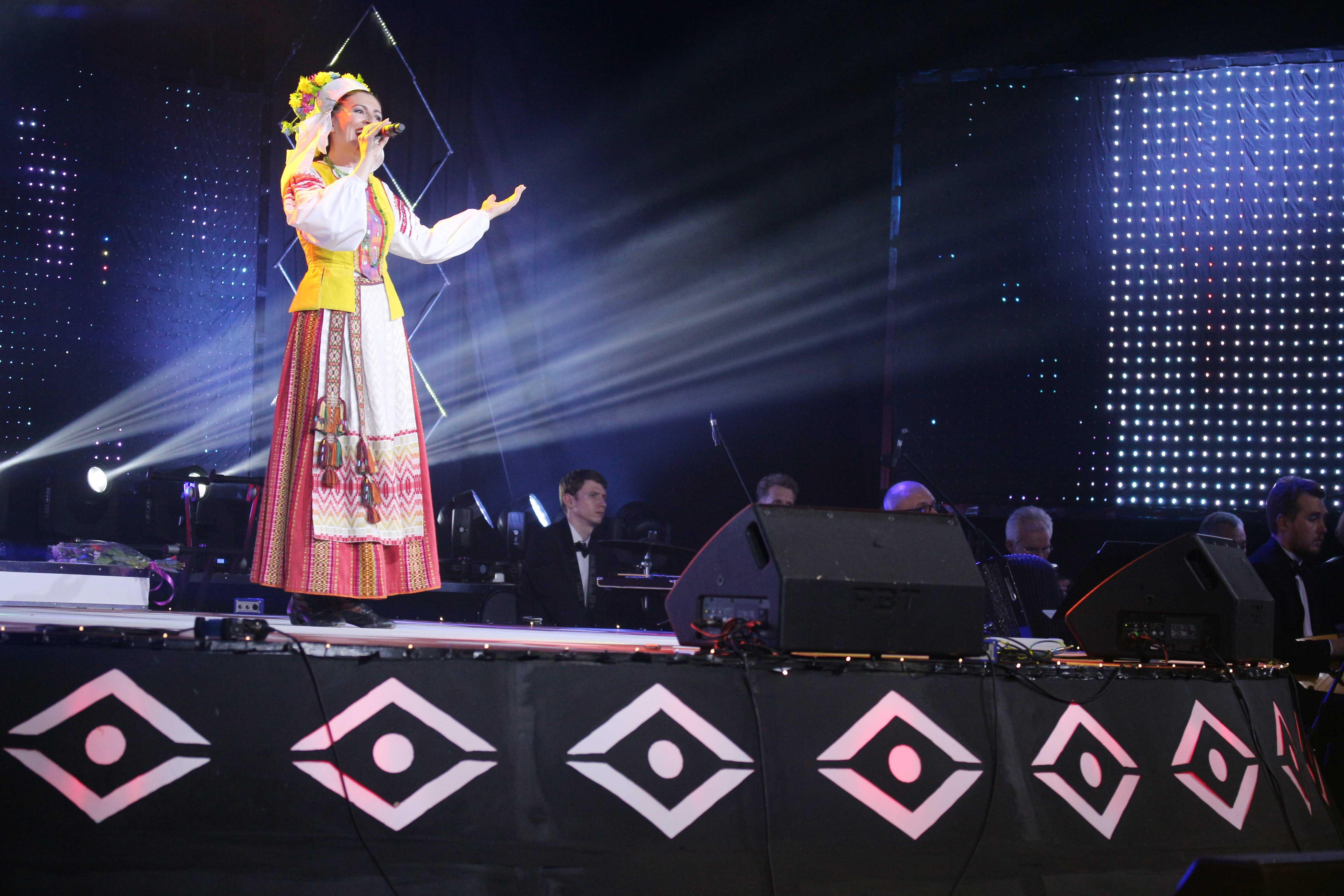 конкурсанты на сцене