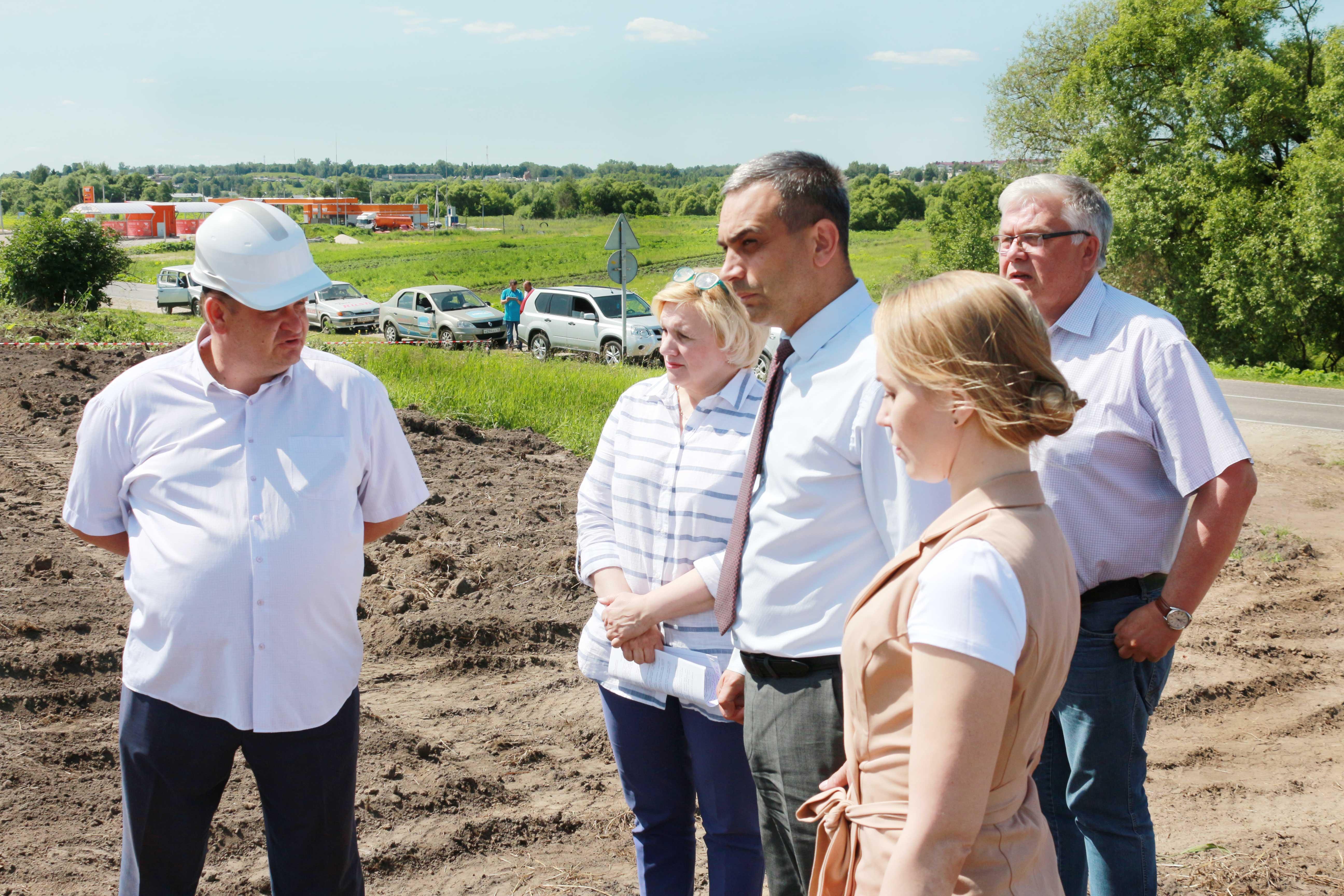 Руслан Маилов с представителями заказчика и подрядной организации